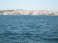 впереди (еще за кадром) острова, позади (на фото) Стамбул