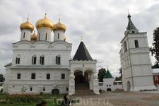 Внутри двора Ипатьевского монастыря стоит Богоявленский монастырь