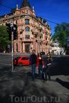 Дом очень красивый и находится возле Золотых ворот, по-моему, это улица Лысенко. Простите , если ошиблась))))