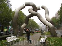 Памятник неизвестному сантехнику :)) На самом деле это памятник, посвященный объединению Берлина. Находится недалеко от универмага KaDeWe.