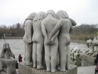 в своих скульптурах Вигеллан изобразил все возможные отношения между людьми с рождения до смерти