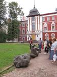 В Кремле. Археологические камни. на заднем плане палаты Иосифа золотого (общий вид палат)