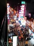 Вид из нашего гест хауса на улицу Main Bazaar