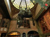 На Вацлавской площади находится легендарный дансинг-холл «Люцерна», построенный прадедом Гавела (ныне торговая галерея); одно время и сам Гавел владел контрольным пакетом этого заведения. В помещении