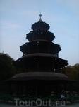 Chinesischer turm в Английском парке - большой биргартен. Но сегодня здесь немноголюдно.