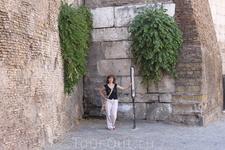 Не знаю что это. Но в этой древней стене, по которой ходят поезда, живут люди.