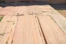 Вне притвора находится ряд могильных плит. Обратите внимание на те, которые имеют аккуратно вырезанные в камне отверстия. Они похожи на найденные в этом ...