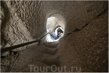 Путешествию по лабиринтам древнего города никто не мешает. Можно хоть с утра до вечера бродить по комнатам, спускаться и подниматься  по наклонным тоннелям и весьма крутым ступеням, вырубленным внутри