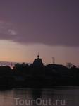 """Церковь из фильма Павла Лунгина """"Остров"""" на фоне заката."""