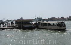 У нас - автобусные остановки, у них - причалы. Так функционирует общественный транспорт Венеции.