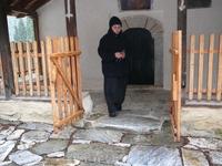 Монахиня. Девчонке лет 25