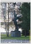 Напоследок, памятник из советских времён, а нам уже пора покидать ЦПК и идти к автобусу.
