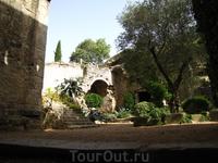 садик при спуске с крепостной стены в Жироне