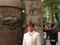 возле колонны со знаками Зодиака