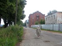 Старая мельница и наверное здание конторы мельницы (ближе к нам разрушенное двухэтажное здание)