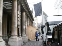 Это здание Академии искусств. При мне из машины выгружали огромную плоскую коробку, наверное картина, судя по форме.