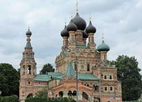 Напротив башни возле пруда расположена очень красивая церковь - Храм Троицы в Останкино