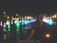 фонтаны постоянно меняются в цвете