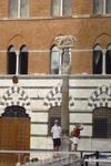 Статуя волчицы с детьми на выходе из собора справа.