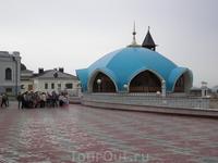 Кремль. Здание экскурсионного отдела. Расположено южнее здания мечети Кул Шариф и связано с ним стилистически. Здание построено в 1996«2005 гг. В настоящее ...
