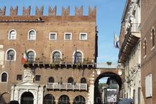 Верона. С площади Синьории, пройдя  через арку вдали,которая  называется  Свод Пыток ( volto della trottura) и  ее  название  говорит  само  за себя, попадаем ...