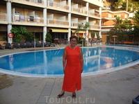 В отеле у бассейна