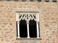 Множество деталей замка подчеркивает влияние мавританского архитектурного стиля. Очаровательное окошко само по себе служит украшением мощной крепостной стены.