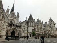 Интереснейшее и красивейшее сооружение, точнее комплекс зданий - The Royal Court of Justice на улице Стрэнд в центре Лондона, который был возведён в 1873—1882 годах по проекту бывшего адвоката Джорджа