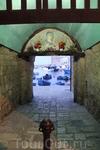красивая арка с изображением святого в городе Монополи