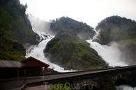 один из многочисленных водопадов
