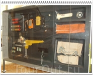 Во втором блоке находятся технические средства спасения: средства связи, оружие, сигнальные ракеты и даже надувной плот.