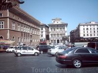 Слева Венецианский дворец. Вдали слева дом, где жила мать Наполеона
