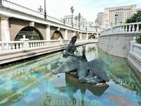Фонтаны и сказочные герои очень популярны среди туристов. Особенно в жаркий день, когда прохлада воды освежает
