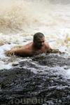 Руководитель команды Дикой России - Сергей Родин на себе ощутил всю силу и мощь водопада.