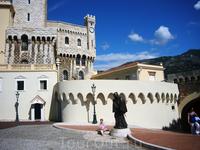 Памятник Франческо Гримальди по прозвищу Хитрый перед Гримальдийским дворцом. Именно он, выдав себя и своих спутников за монахов, овладел Монако, став ...