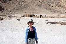 На фоне гробницы Нефертари в Долине цариц