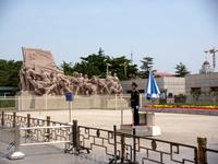 Это на площади Тяньаньмэнь стоит мавзолей Великого Кормчего Китая - Мао Цзедуна. Это как раз почетный караул и скульптуры около мавзолея.