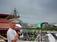 слева - купол непальского павильона, справа - Тайвань