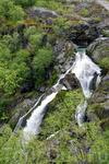 талые водыледника спускаются с гор красивейшими водопадами