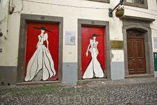 Восхительная улица в старой части Фуншала на которой вот так расписаны почти все двери квартир. Все рисунки разные!