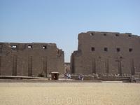 Карнакский храм    Карнакский храм – это огромный храмовый комплекс, который строился на протяжении полутора тысяч лет разными фараонами. Комплекс имеет ...