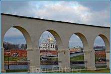 Вид на Софийскую сторону с Торговой стороны через аркаду.