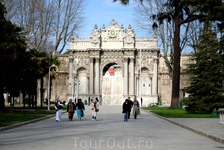 Дворец Долмабахче-дворец османских султанов на европейской стороне Босфора в Стамбуле на границе районов Бешикташ и Кабаташ.