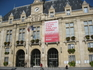 Здание Муниципалитета округа.Плакат-знак забастовки в этот период.