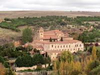 Массивный монастырь  Парраль (Моnasterio del Parral)  также находится не в центре города, он на другой стороне реки Эресма к северу от города, и нужно перейти через нее по мосту. Он был основан в конц