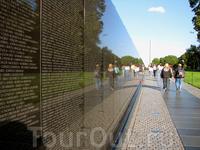 Мемориал ветеранов Вьетнама. Стена с именами погибших.