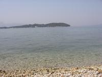 маленький остров Видо, на котором расположен детский лагерь, уединённые пляжи и таверна, в которой можно перекусить сувляками и выпить прохладый трофе