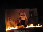 Танец на раскаленных углях с иконой в руках.
