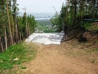 Остатки снега на горнолыжной трассе