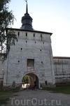 Стены не в пример Фераппонтовскому, не так ли? Настоящая крепость аки в Выборге (там были Шведы, тут же их не было). Заметьте православную икону под своеобразным ...